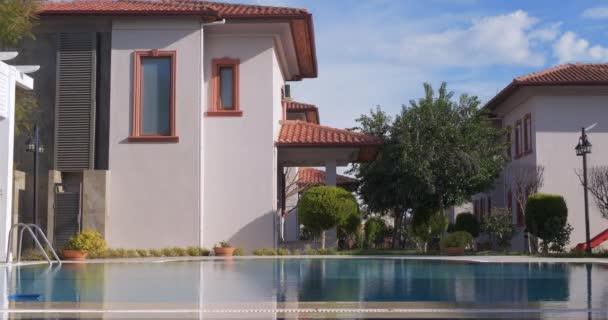 Sonniger Tag auf schöner Villa mit Pool