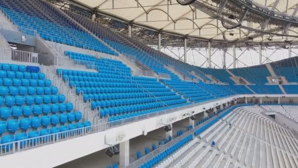 Prázdné modrá sedadla řádky stadionu