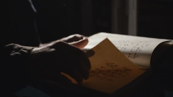 Jemand blättert in altem Buch