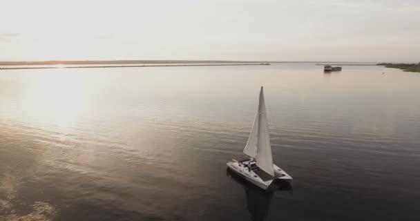 Letecký pohled na pár na jachtě