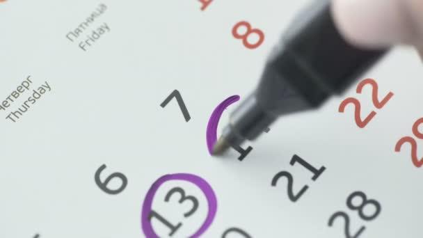 Nő kéz kör nap naptár papír. 14st nap a hónap