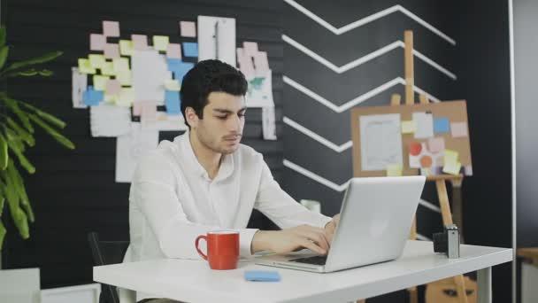 Fáradt üzletember laptop számítógép dörzsölés szemét az irodában