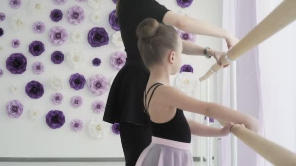 Roztomilý balerína opakuje pohyby s učitelem.