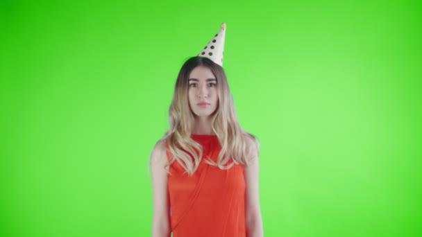 Gyönyörű lány fél kalap alatt álló konfetti a zöld képernyő .