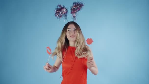 Gyönyörű lány fél kalap táncolnak alá szappanbuborék a kék háttér.