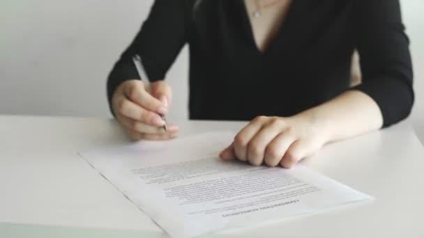 Geschäftsfrau unterzeichnet Kooperationsvereinbarung. Person beherzigt und unterschreibt das Dokument
