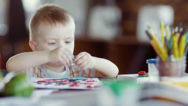 Chlapec odlévá z plastu ve školce.