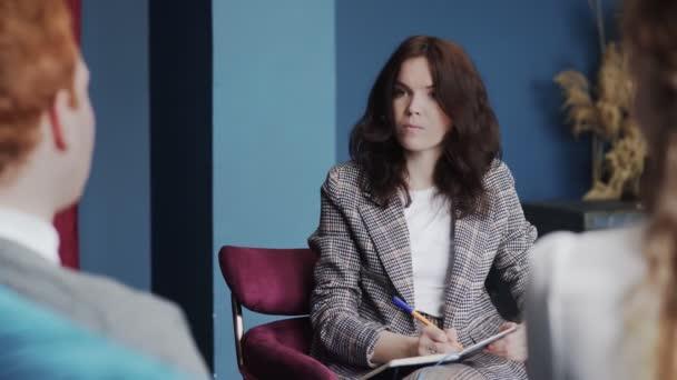 Ženská psycholožka v práci. Psycholog s pacienty.