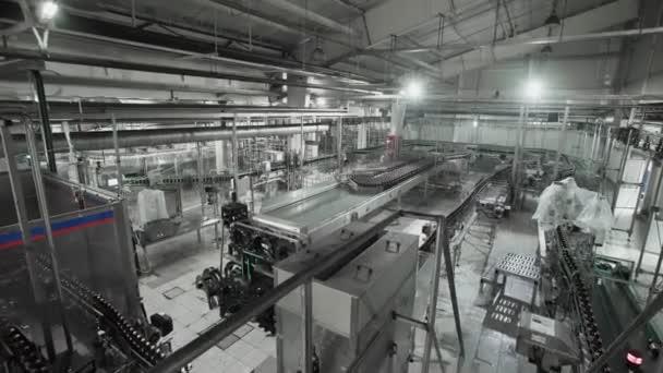 Interiér pivní továrny se spoustou strojů v práci