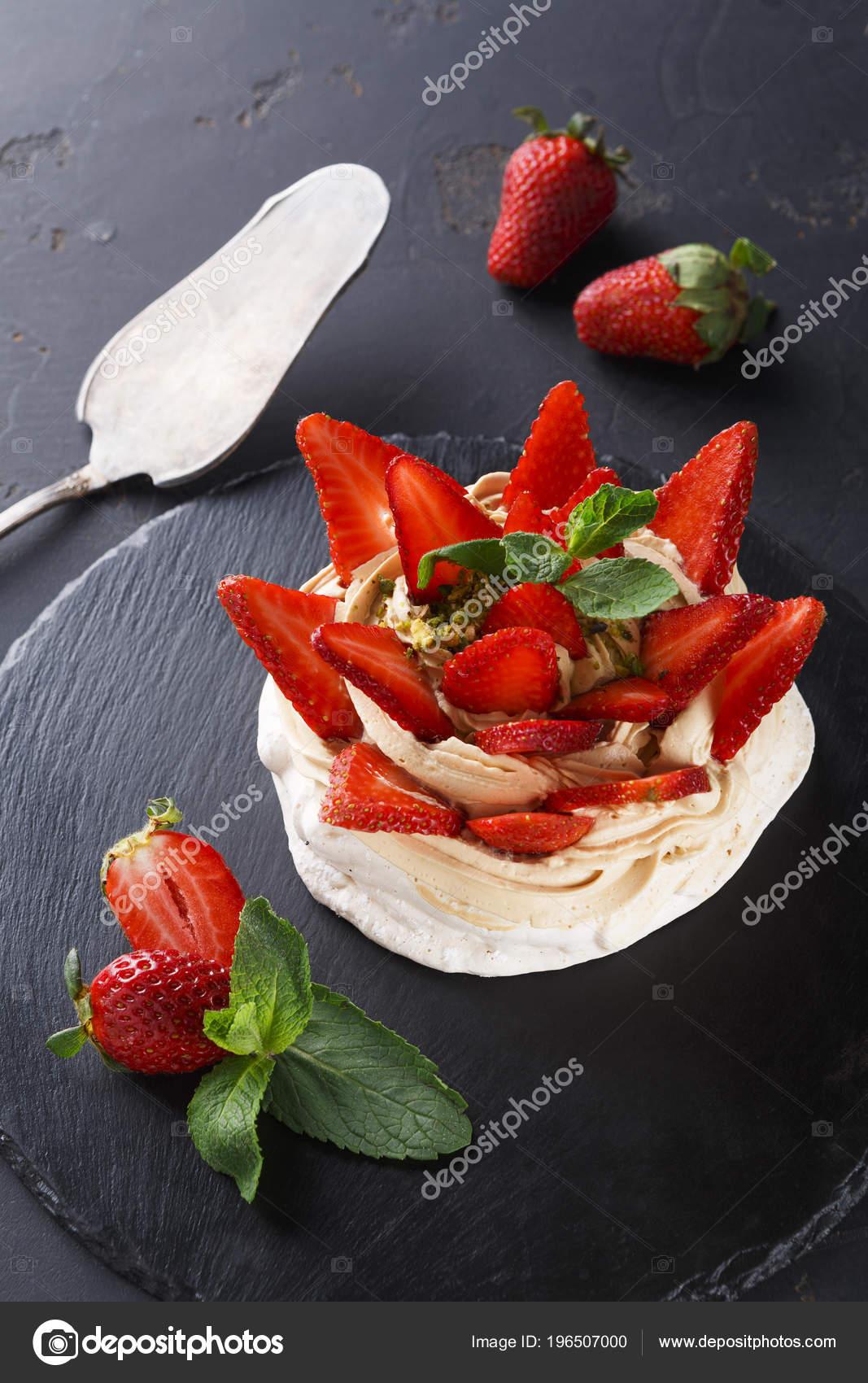 anna pavlova taart Heerlijke Anna Pavlova meringue taart met aardbei op zwarte  anna pavlova taart