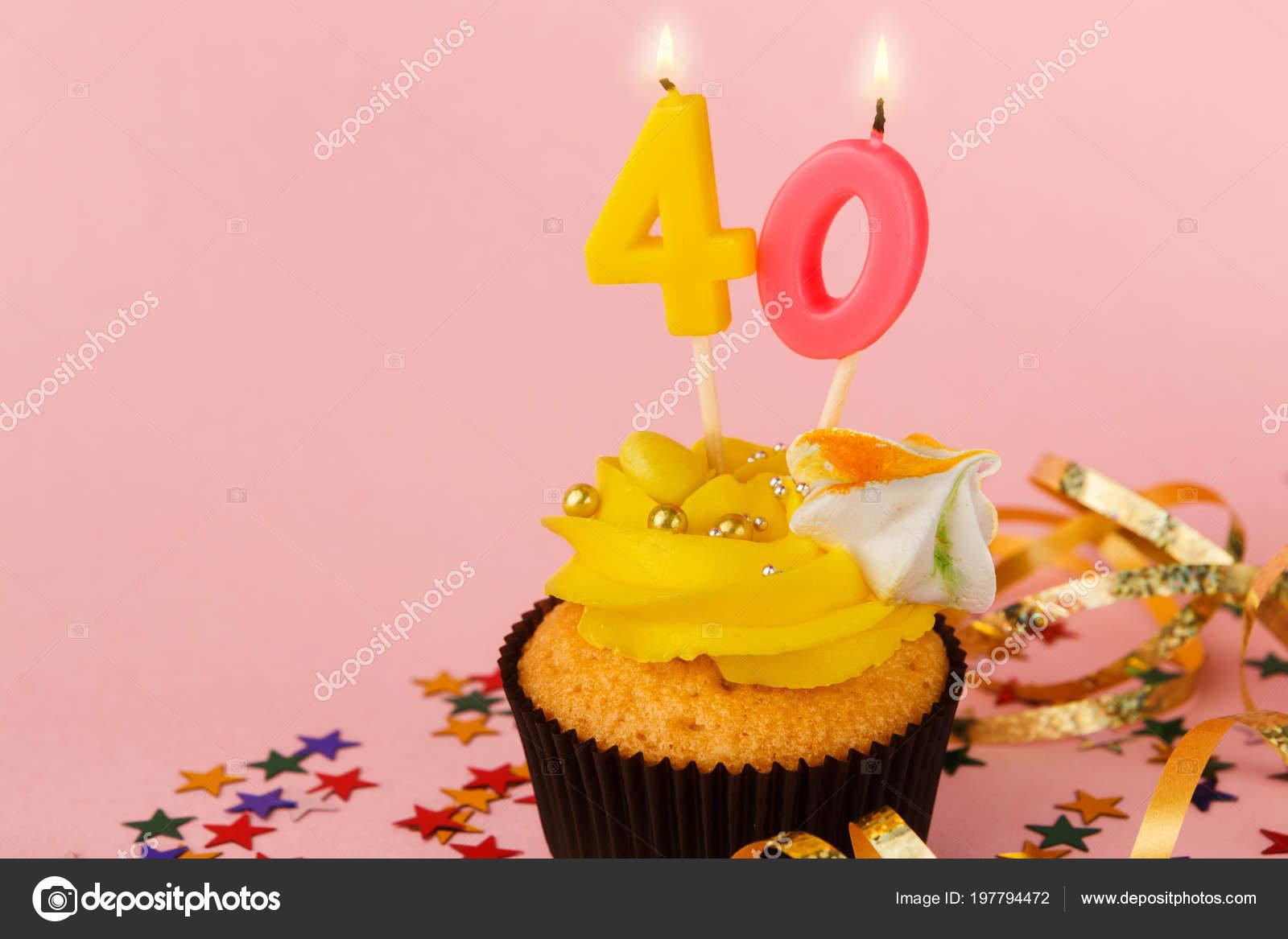 Anniversaire De Quarante Petit Gâteau Avec Bougie Et Sprinkles