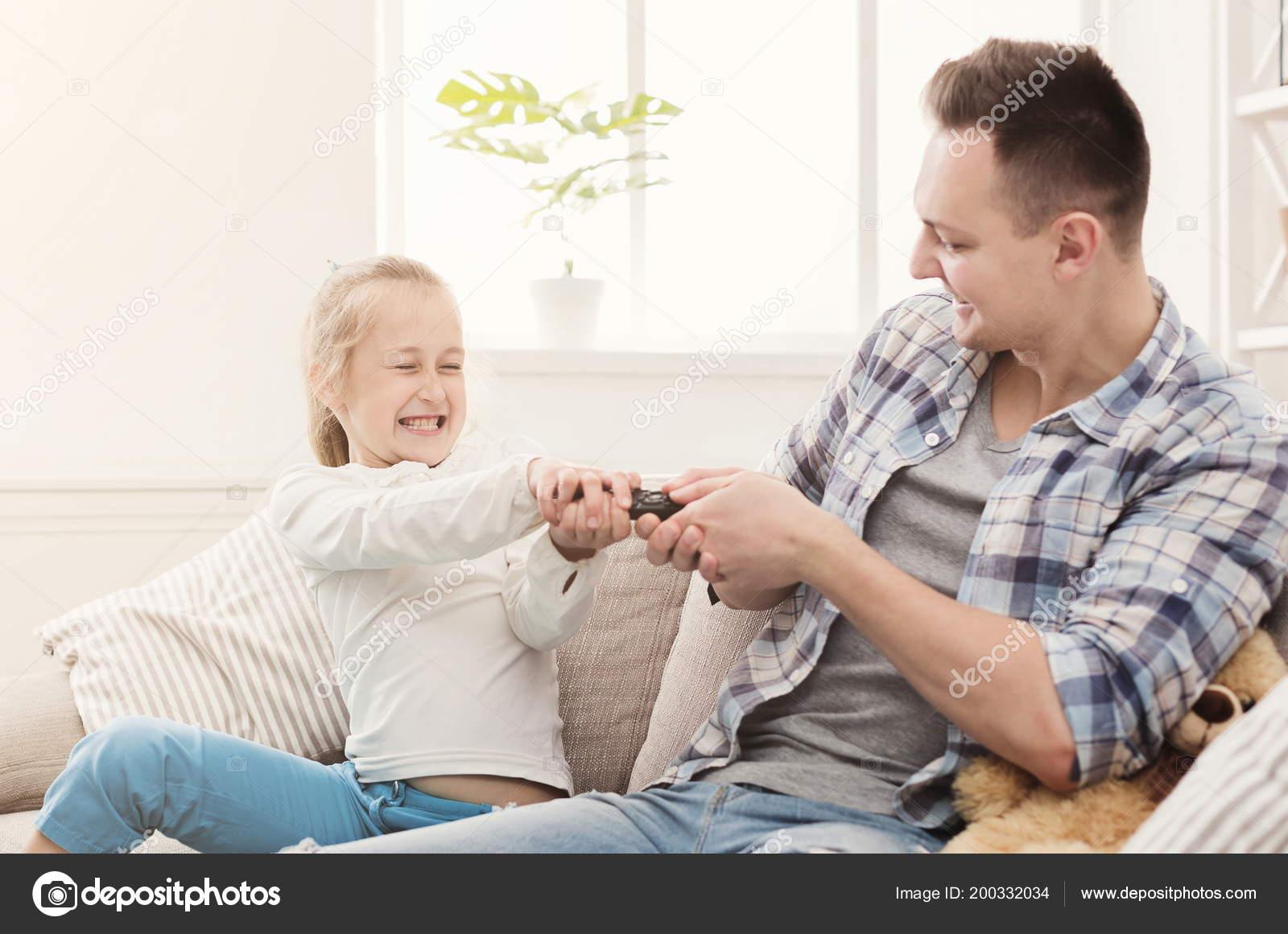 Японские шоу отец и дочь онлайн, Японское порно шоу отец должен отгадать дочь 23 фотография