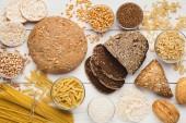 Insieme di pane sano senza glutine, pasta e cereali