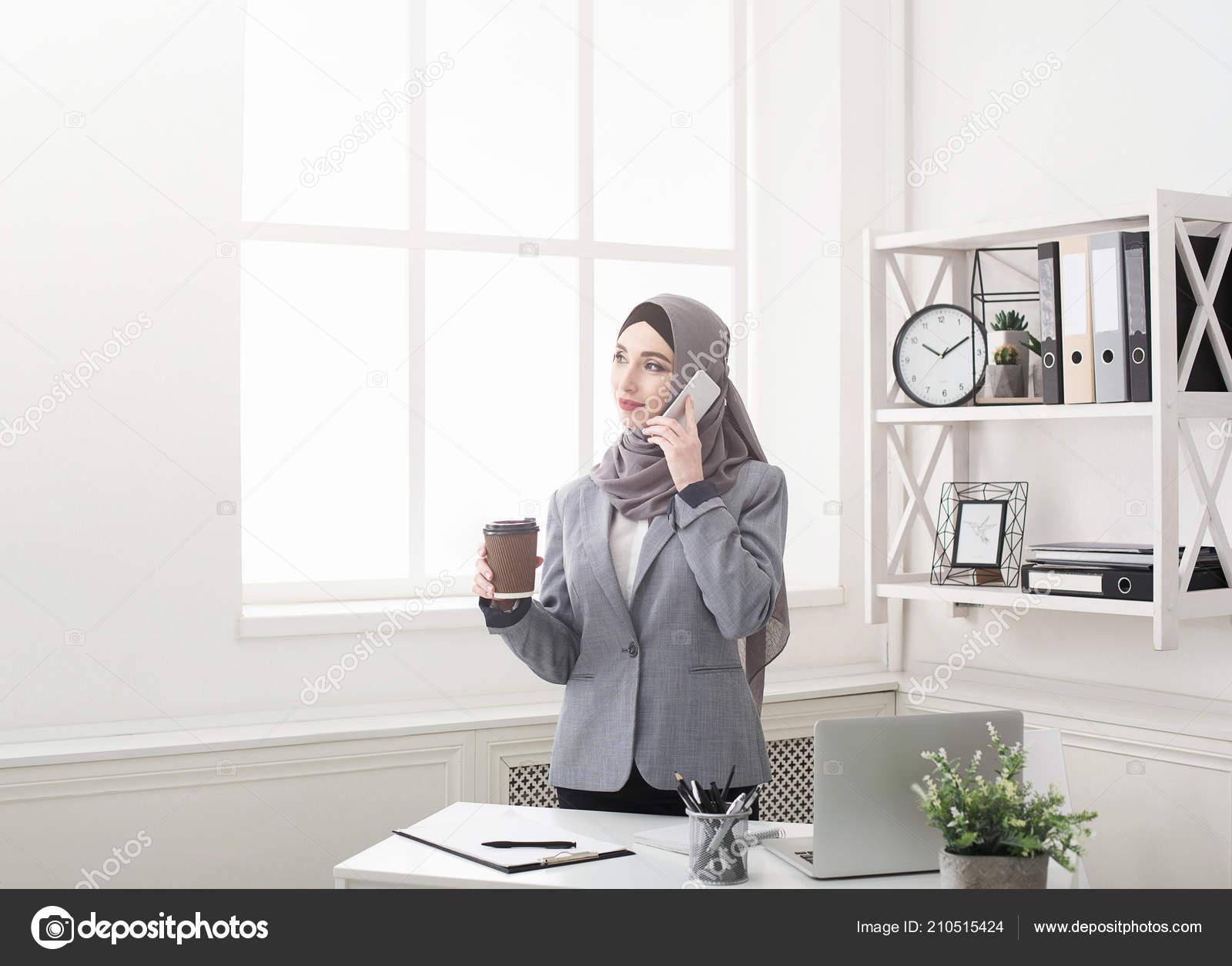 Portrait de femme d affaires arabe au bureau u photographie milkos