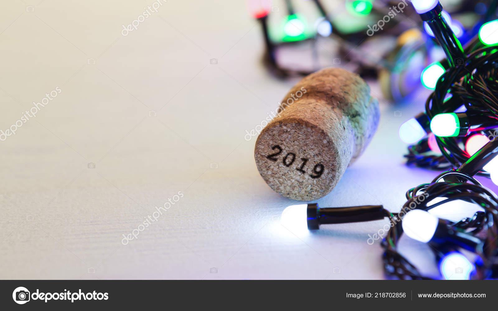 Champagne Kurk Op Tafel Met Kerstverlichting Stockfoto C Milkos
