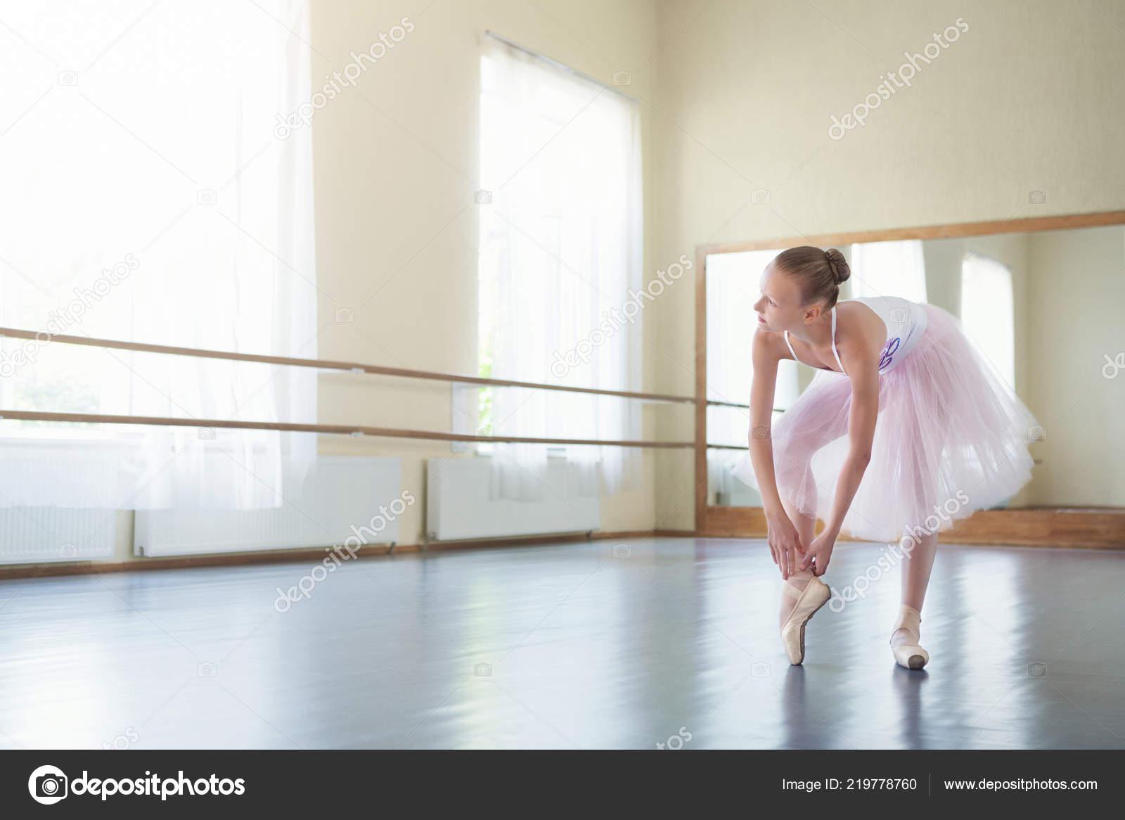 e83755743 Bailarín de ballet clásico atar zapatos pointe en estudio de luz ...