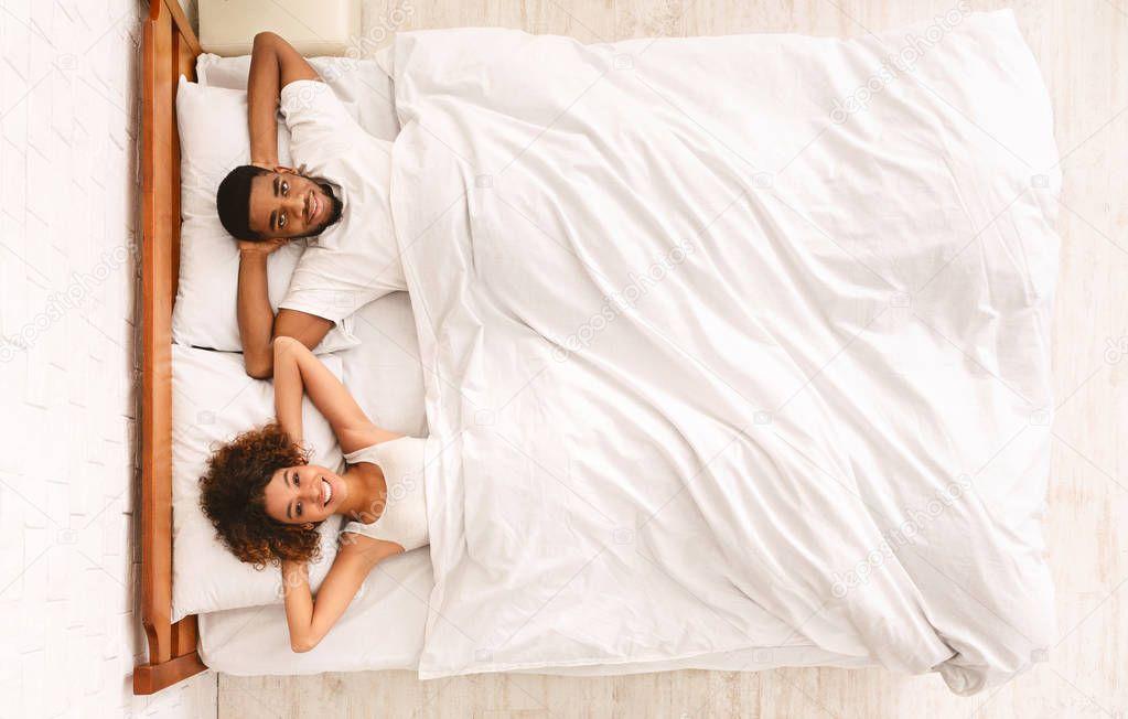 Молодожены кувыркаются в постели