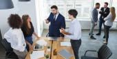 Mladí podnikatelé komunikaci v kanceláři, mít přestávku
