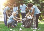 Junge Freiwillige sammeln Müll im Suumer Park ein