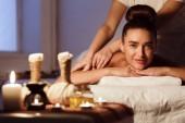 Hagyományos keleti aroma terápia. Pihentető nő a fürdőszalonban