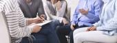 Psychiatr poslouchá pacienty, který si je všiml až do schránky