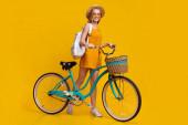 Summer Ride. Stylový hipster dospívající dívka pózování s ročníkem kolo