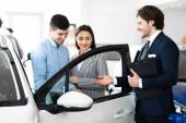 Kereskedő bemutató pár Új autó márkakereskedő bolt