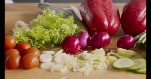 Zblízka rozmanité čerstvé přírodní zeleniny na kuchyňském stole