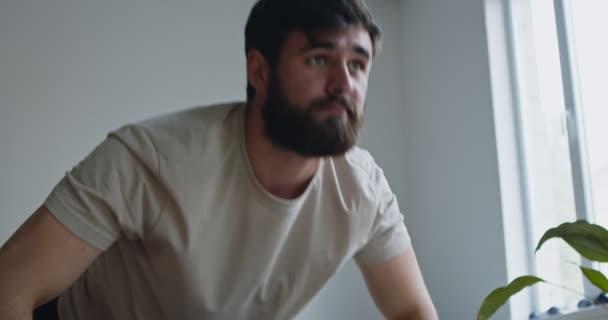 Portrét mladého muže, jak doma cvičí, zblízka