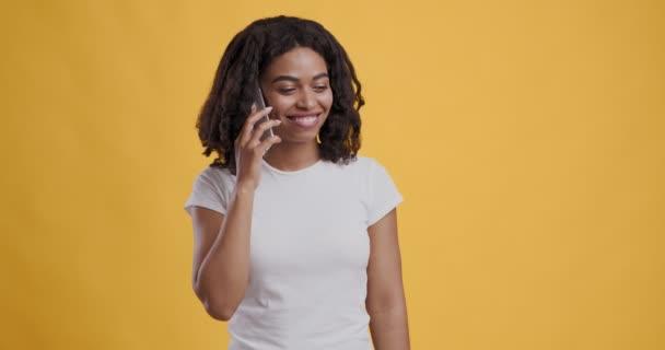 Glückliche afrikanisch-amerikanische Frau telefoniert