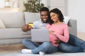 Werdende Eltern kaufen Babysachen online von zu Hause aus