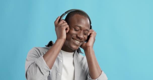 Africký Američan nosí sluchátka těší hudbu