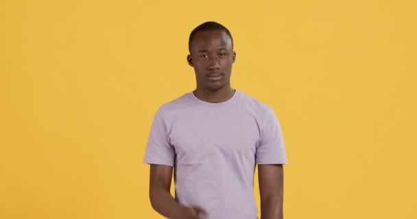Plachý vinný africký Američan zakrývající oči rukou