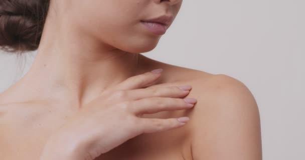 Ázsiai nő megérinti a nyakát, közelről szépség portré