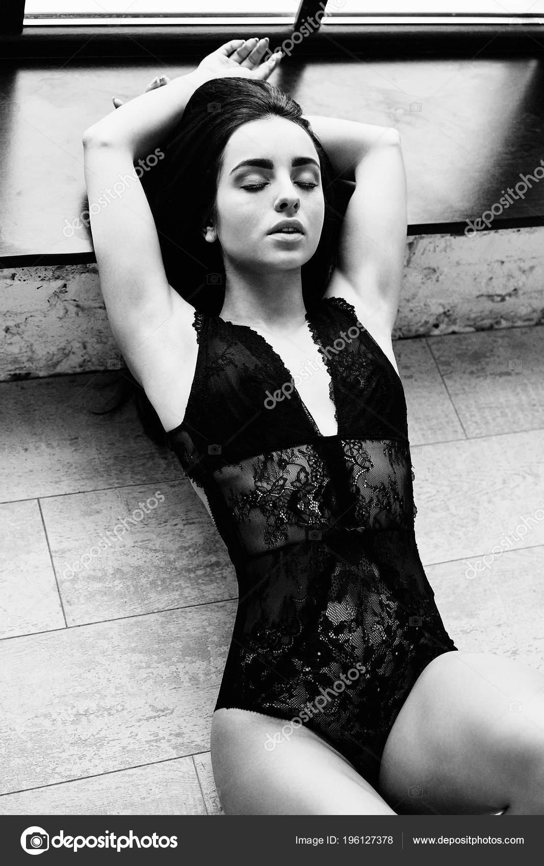Noir Blanc Photo Belle Jeune Femme Dentelle Body Posant — Photo 2dc45b3943c