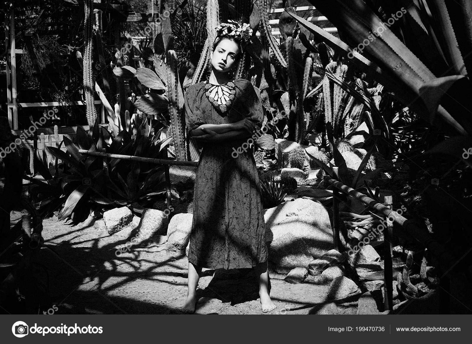 74e98ac7c093 Foto Bianco Nero Giovane Donna Splendida Abito Elegante Copricapo Floreale–  immagine stock