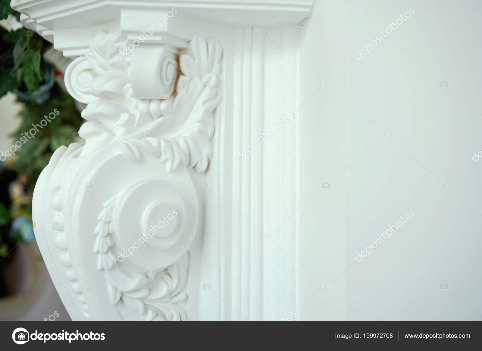 Kolom versierd met prachtige elementen van gipsen lijstwerk