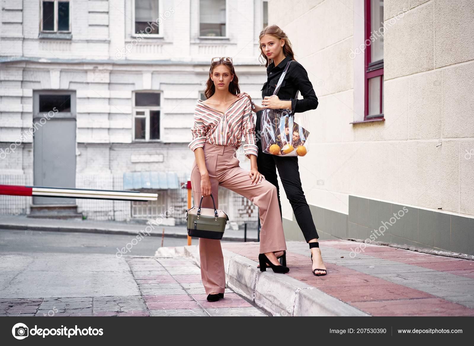 c756d616f0eb Due Modelli Moda Attraente Giovane Posa — Foto Stock © smmartynenko ...