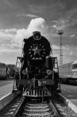 Fotografie stará lokomotiva vlak ve stanici