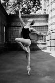 junge und anmutige Ballerina, die auf der Straße auftritt