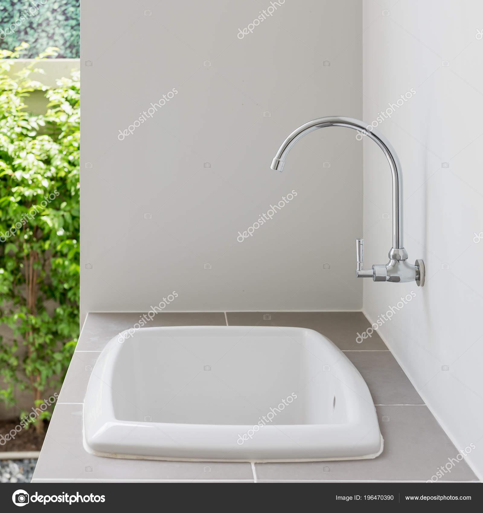 Moderne Waschbecken Auf Theke Mit Wasserhahn Wand