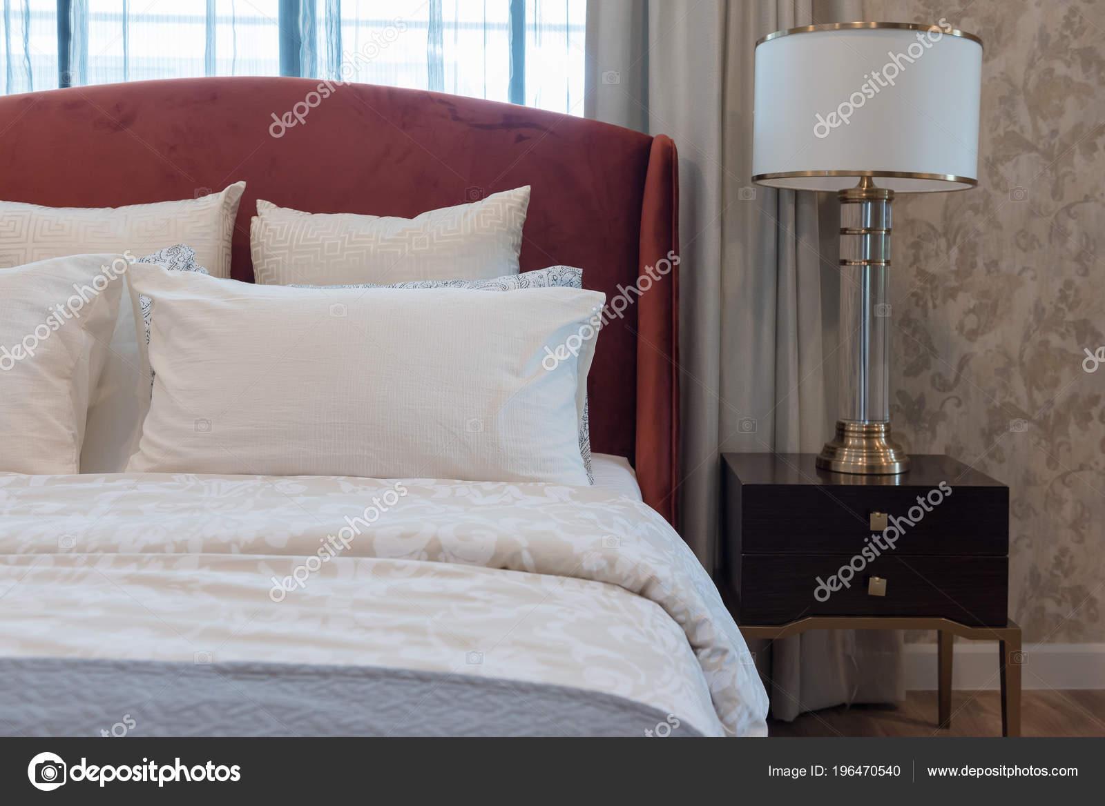 Style Chambre Coucher Classique Avec Des Oreillers Blancs ...