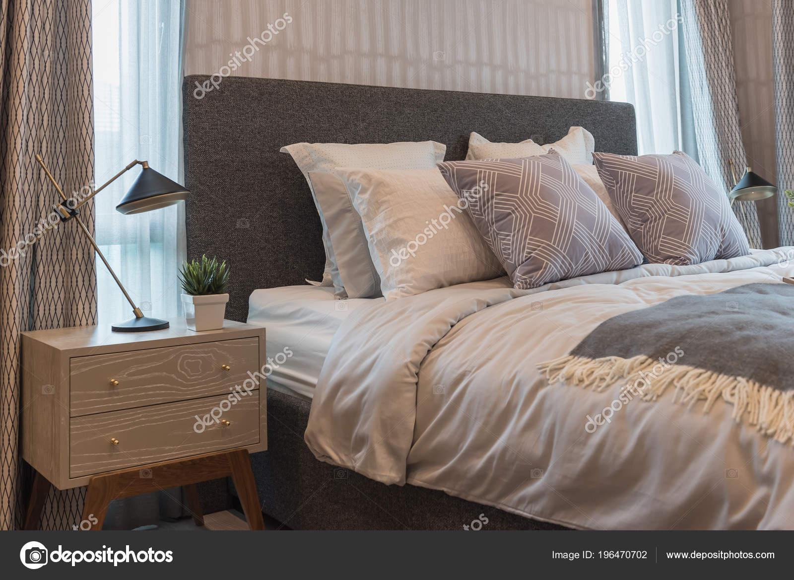 Style De Chambre De Luxe Avec Ensemble De Coussins Sur Le Lit King Size, Le  Concept De Design Du0027intérieur U2014 Image De Khongkitwiriyachan  ...