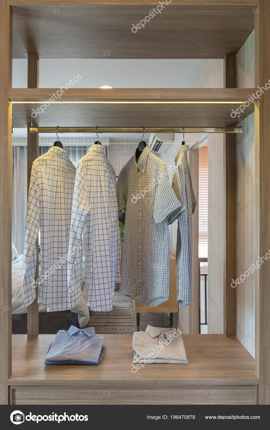 Tringle Vetements Accroches Dans Garde Robe Moderne Concept Design