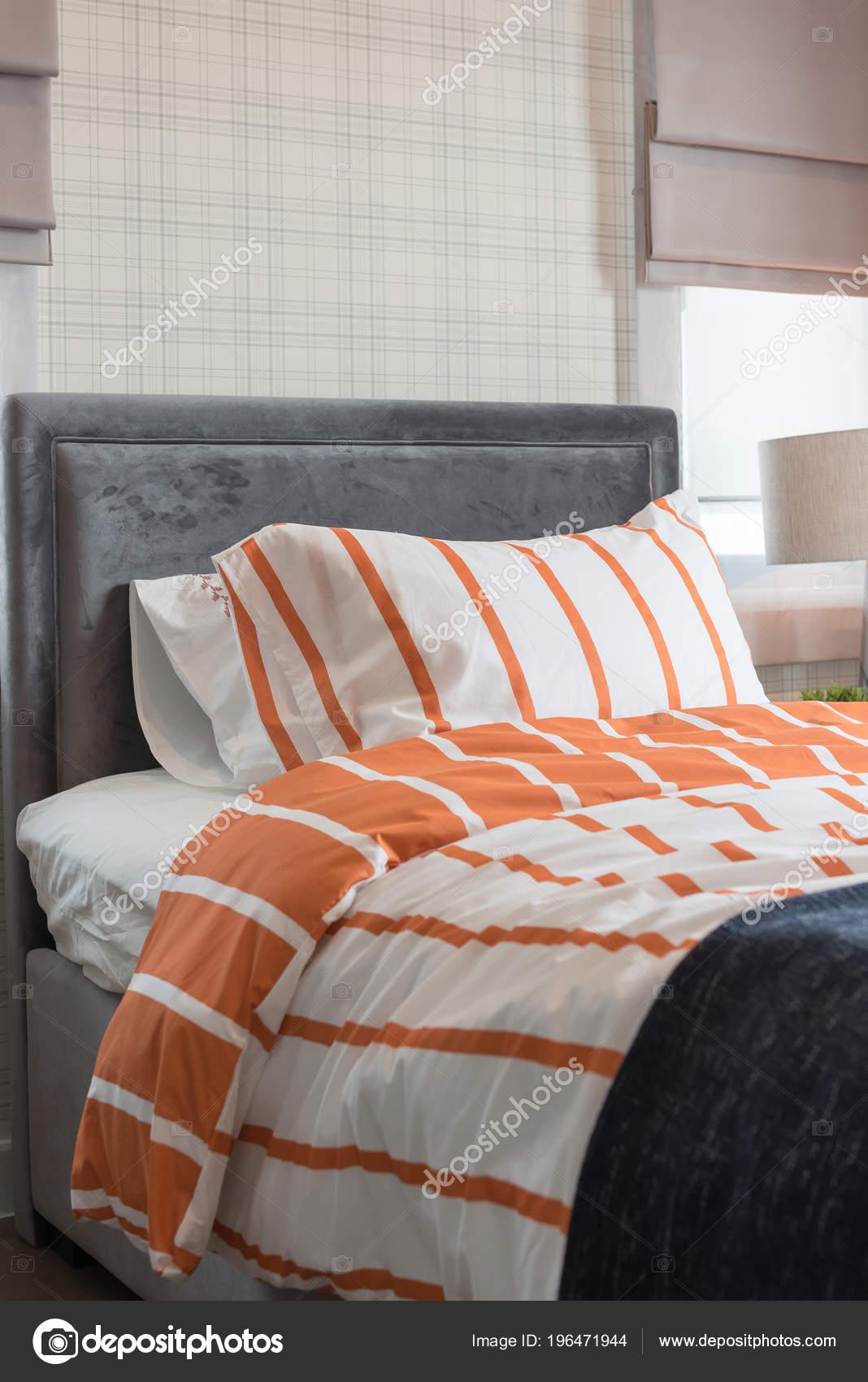 Lit Simple Dans Chambre Coucher Moderne Avec Tonalité Couleur Orange ...