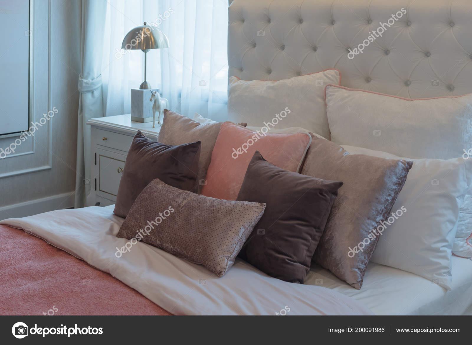 Luxe suite slaapkamer met set roze kussens bed interieur decoratie