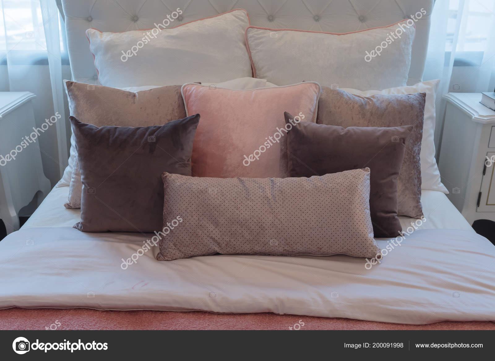Roze Decoratie Woonkamer : Luxe suite slaapkamer met set roze kussens bed interieur decoratie