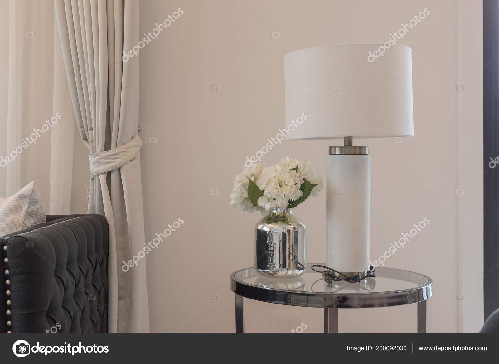 Klassische Weiße Lampe Mit Vase Von Pflanzen Auf Runden ...