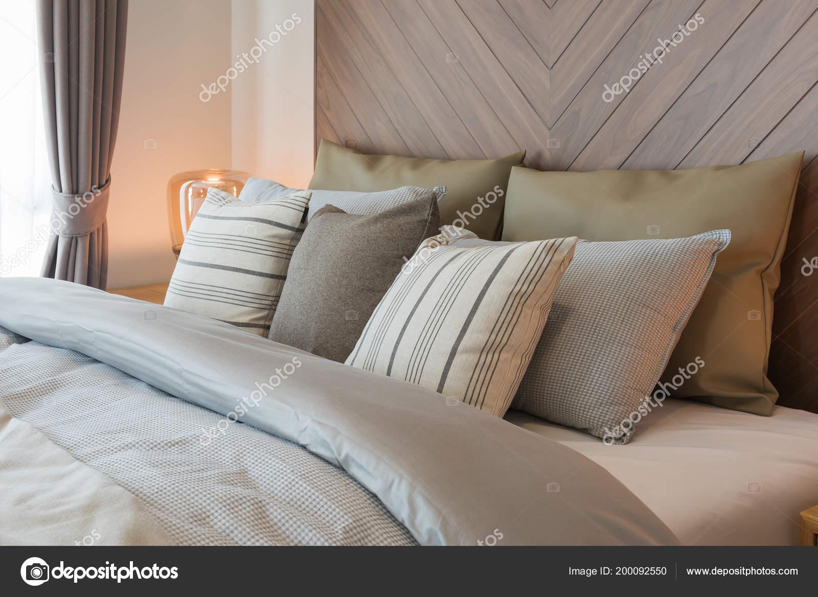 Houten Muurdecoratie Slaapkamer : Set van kussens bed met houten wanddecoratie klassieke stijl