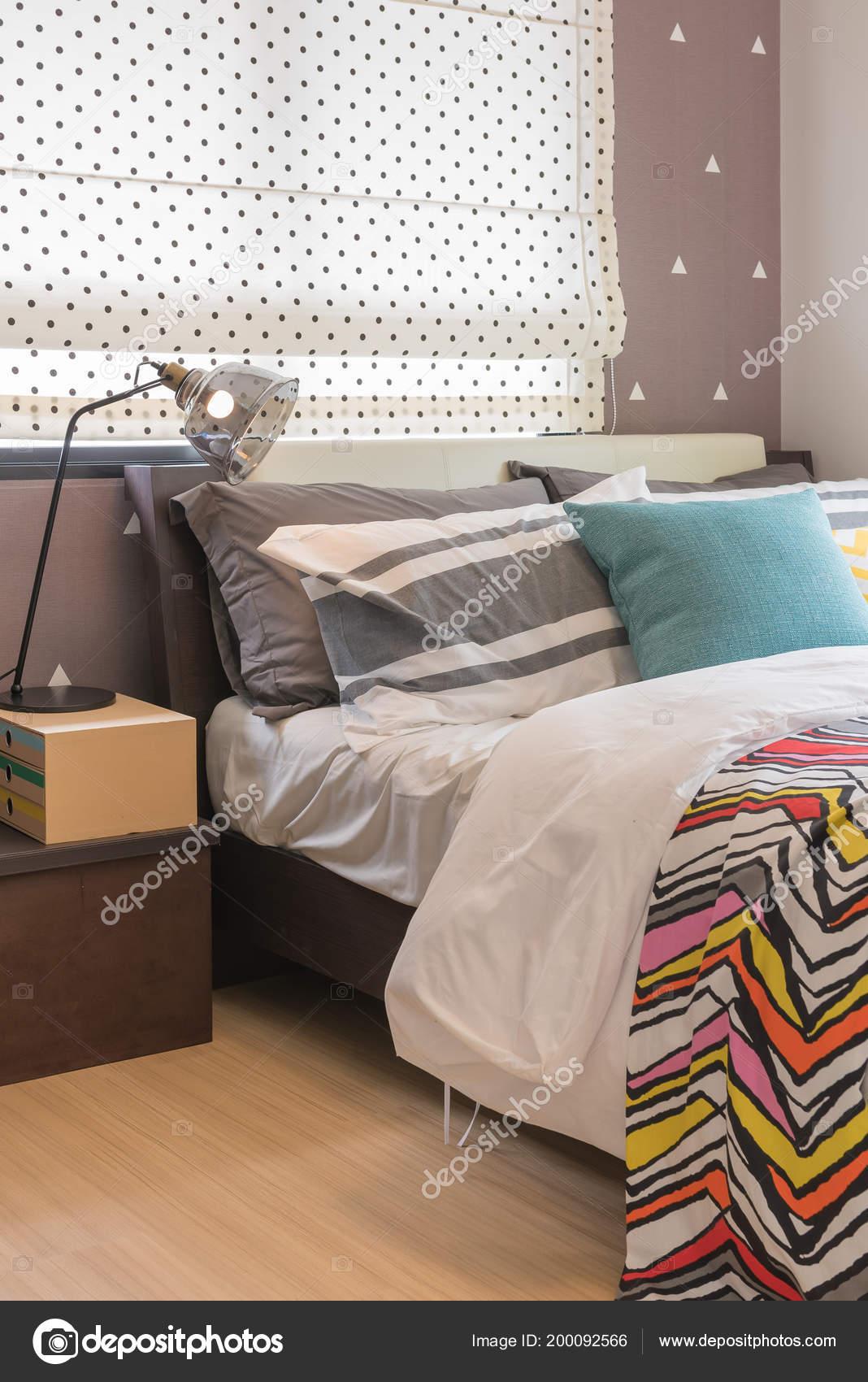 Lit Simple Dans Chambre Coucher Moderne Avec Des Coussins Colorés ...